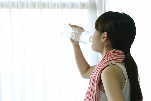 デュアスラリアを飲む女性