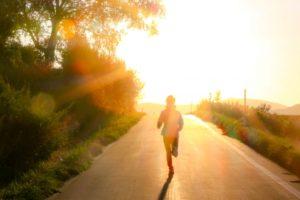 朝に運動する人